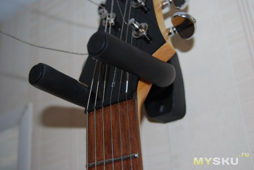Настенный держатель для гитары своими руками