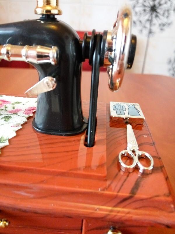 Tmart: Швейная машинка, сувенирная :)