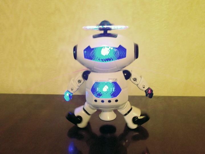 DD4: Китайский танцующий «Робик» со световыми и звуковыми эффектами.