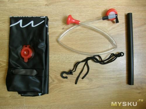 В коробке: емкость для воды, трубка с распылителем, пробка с краном, трубка - ручка, веревка с крючком