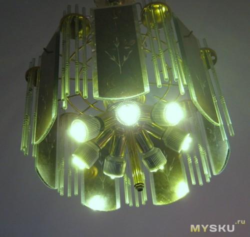 Включенная люстра с разбитыми лампочками