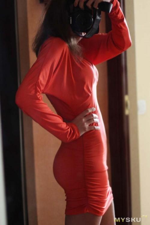 Снимает красное платье фото