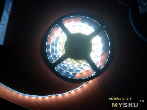 Включенная в полумраке бобина, вид сверху под прямым углом