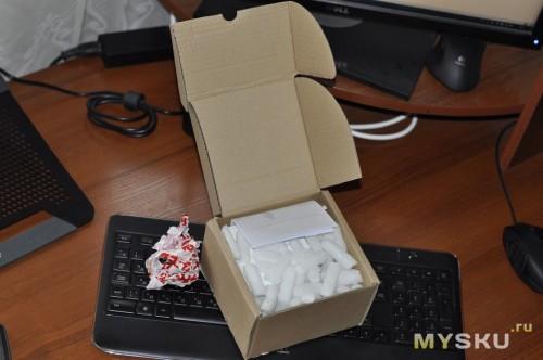 Открываем первую коробку, внутри - кукурузные палочки :-)