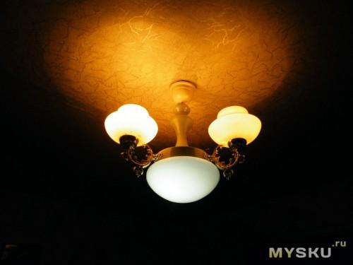 готовый светодиодный светильник  на фоне ламп накаливания по 75 ватт.