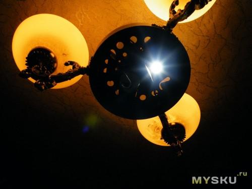 свечение светодиода на фоне ламп накаливания по 75 ватт.