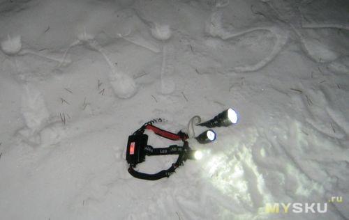 Фонарики на снегу... аннодированные на белом... что же мне с ними делать... с фонариками на снегу...