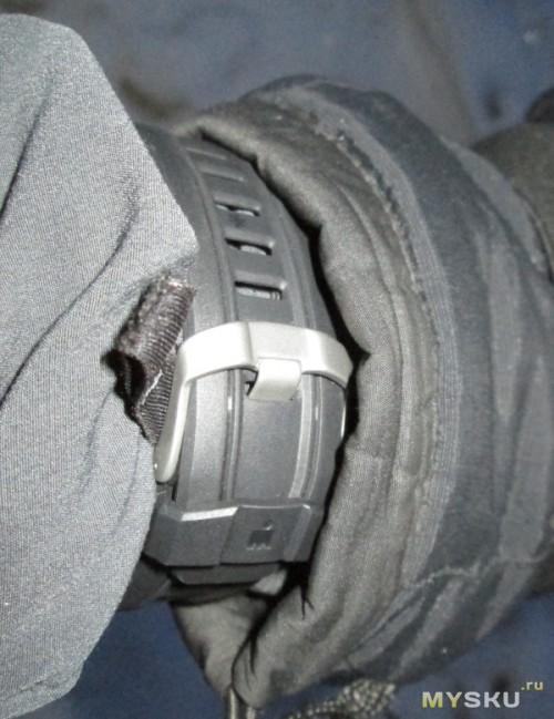 Фото на руке в варежке - застёжка