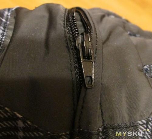 С верхней стороны кармашек для skipass c замочком