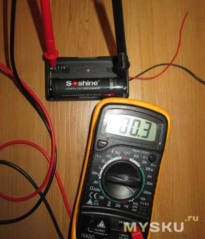 Измерение напряжения на аккумуляторе с помощью мультиметра.