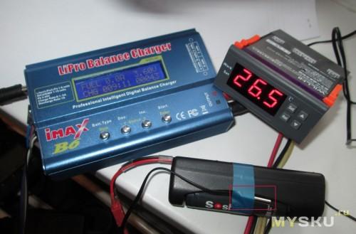 Датчик температуры крепим синей изолентой к аккумулятору