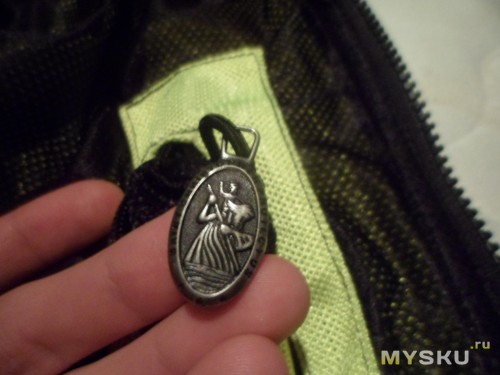 фирменная фишка, подшитый медальончик во внутреннем кармане