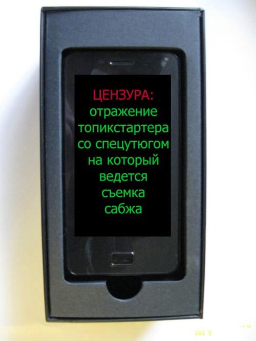 Телефон сверху под ним гарнитура и мануалы