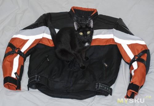 Эксперт исследует куртку