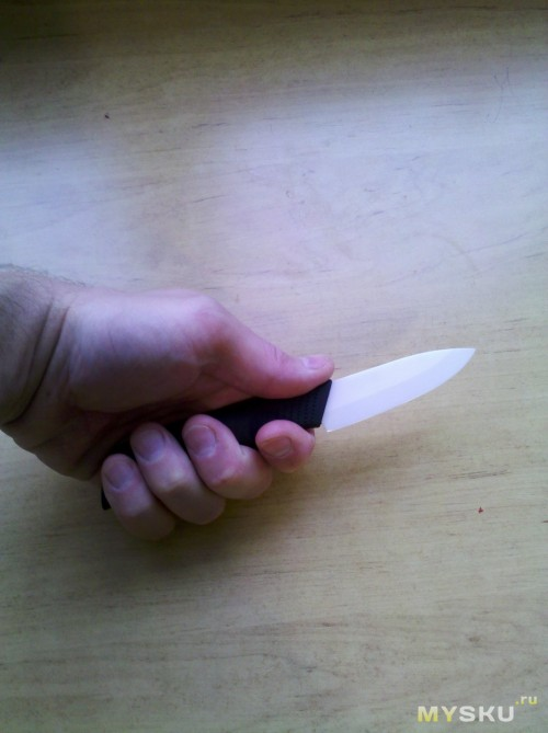 Маленький нож в руке