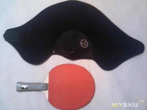 Рядом с ракеткой для настольного тенниса