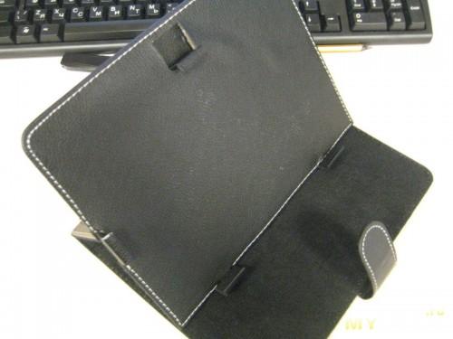 поверхность которая прилегает к экрану похожа на флис, фиксируется положение угла липучкой как на одежде
