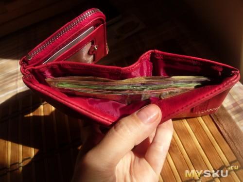 54e0d788cbe0 Деньгам лежится в кошельке весьма уютно и компактненько. Длина отделения —  17,5 см. Кстати, когда кошелек раскрывается, то окружающим не видно, ...