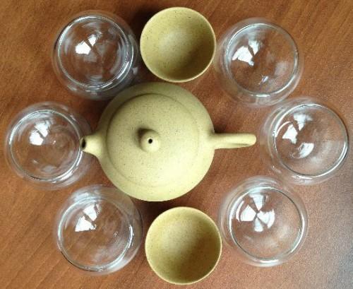 Чайник в окружении