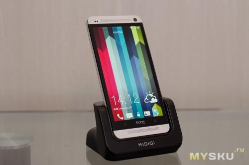 HTC One в крэдле