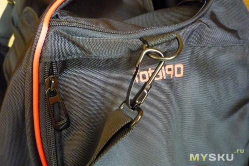 3317c2a9de15 С внешней стороны сумки в её основании 4 пластиковые ножки.