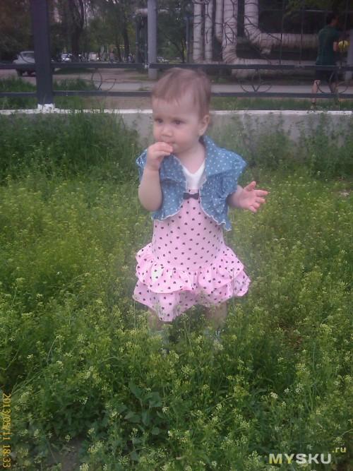 Вот так платье сидит на Ксюше, длина - закрытая коленочка, на следующее лето еще поносим)))