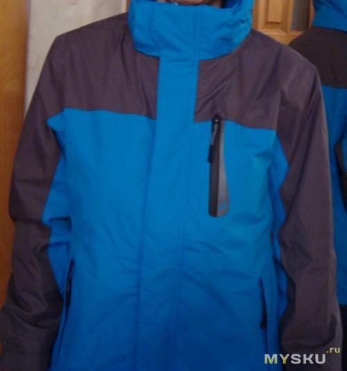 Куртка спереди на вешалке