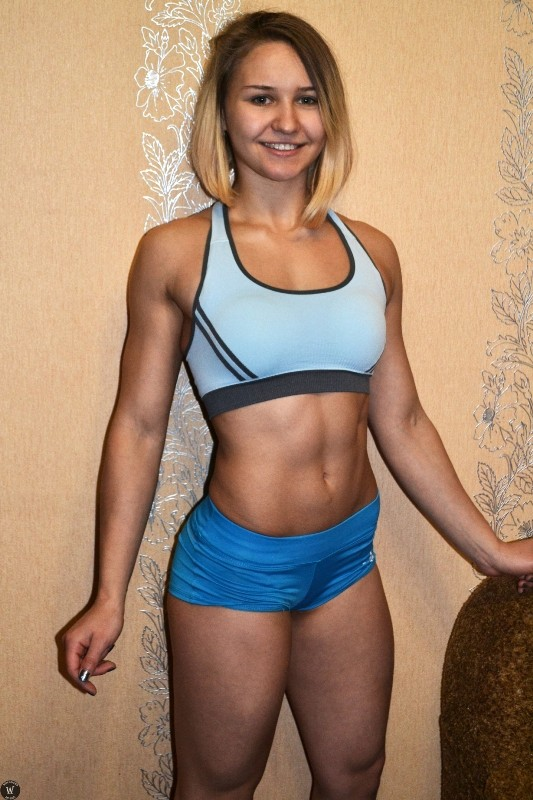 Женщина спортивный комментатор с большими сиськами