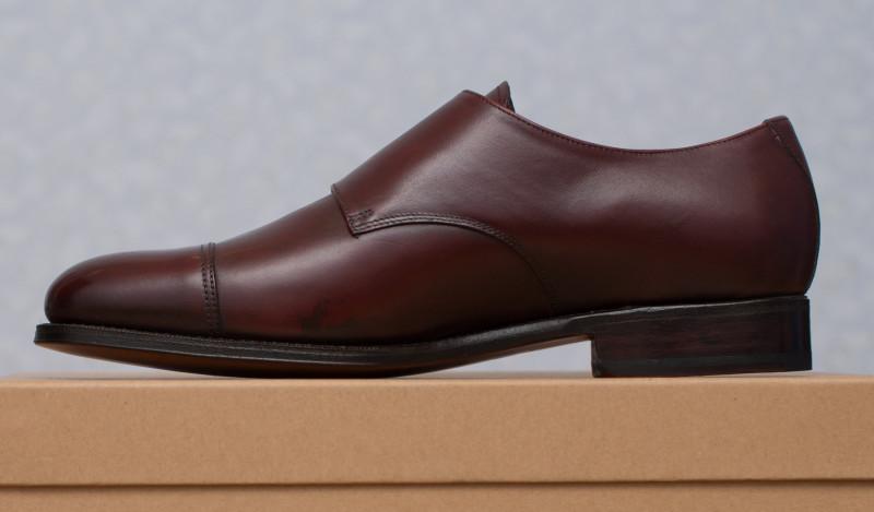 c987b1844 На снимках хорошо видны отличия колодки от массовой обуви — большие  отрицательные углы у ранта, высокая арка. Благодаря отрицательным углам  обувь выглядит ...